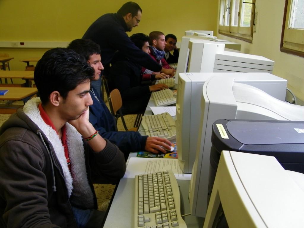 Il prof. Franchini spiega in aula informatica